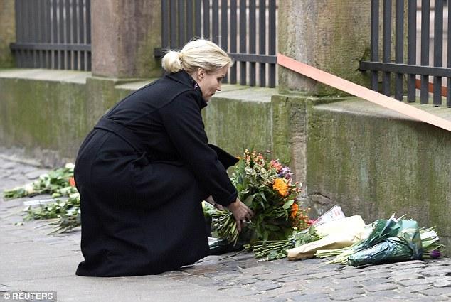 """Hablando después de que se reveló que el hombre armado había sido asesinado por la policía, la Sra Thorning-Schmidt dijo que el país había sido """"golpeado por el terror '"""