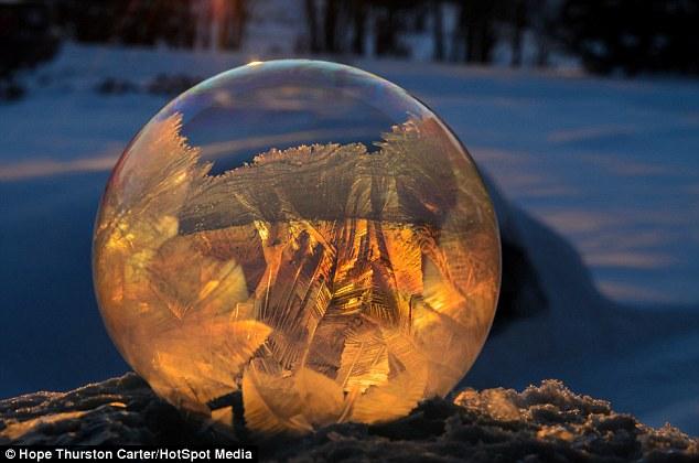 Oro: El juego de la luz a través de las burbujas congeladas es uno de los aspectos más interesantes de los disparos