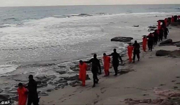 Marcharon hacia la muerte: Al menos 35 más egipcios se cree que han sido secuestrados por los yihadistas en Libia, plantea la posibilidad escalofriante de otra ejecución masiva como la que se ve el domingo, cuando el Estado Islámico a conocer un video que muestra la horrible decapitación de 21 cristianos en una playa (arriba)
