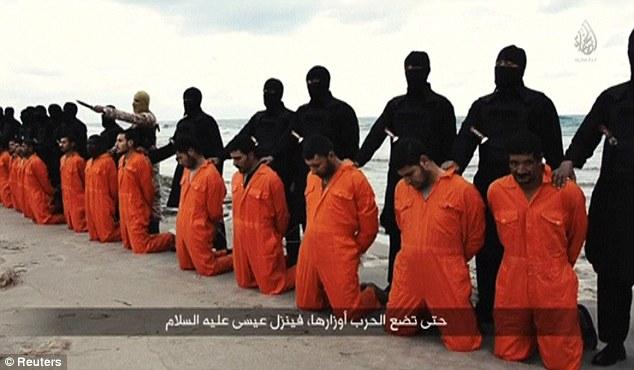 Represalias: Egipto bombardeó campos de entrenamiento de ISIS, las existencias de armas y combatientes en dos oleadas de ataques aéreos tras el brutal asesinato de trabajadores egipcios capturados en un vídeo (arriba) publicado el domingo