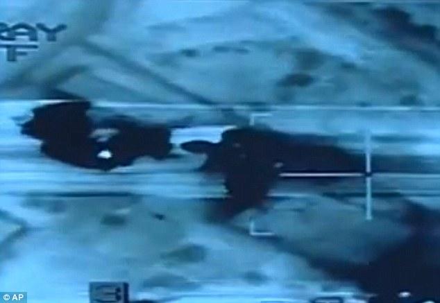 Venganza: Ministerio de Defensa de Egipto lanzó estas imágenes de sus ataques aéreos sobre objetivos celebradas-ISIS en Libia