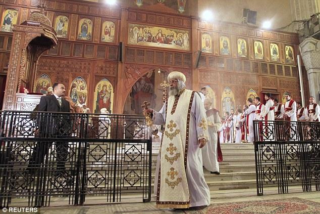 Papa Tawadros II, el Papa de la Iglesia Ortodoxa Copta de Alejandría y Patriarca de la Sede de la Catedral de San Marcos, conduce oraciones en masa para los egipcios decapitados en Libia