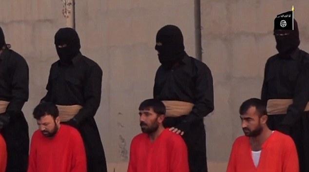 Un disparo misterioso muestra los rehenes cediendo sus cabezas, ya que se ven obligados a arrodillarse por militantes