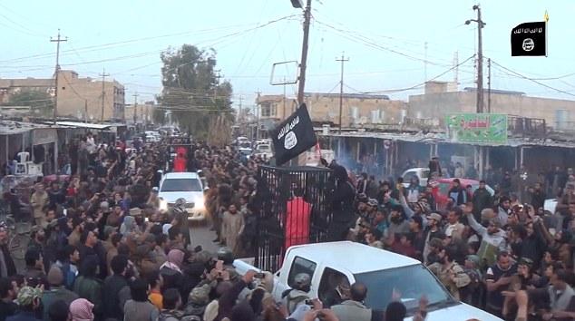 Fueron recibidos con vítores y abucheos, ya que desfilaron por las calles llenas de Kirkuk