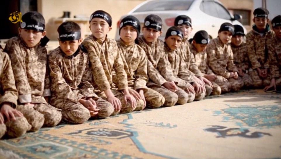 El grupo terrorista informes, ha estado reclutando niños menores de edad para asistir a los campamentos establecidos para lavar el cerebro de los jóvenes con su ideología