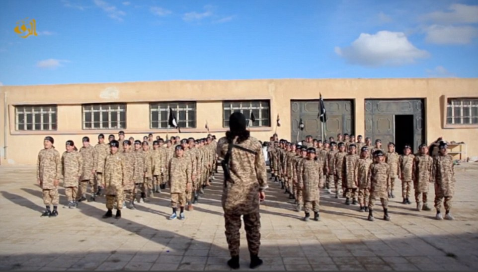 Estado Islámico dio a conocer un video de propaganda-hábilmente editada mostrando los muchachos jóvenes que se adoctrina a un campo de entrenamiento de estilo militar para 'cachorros'