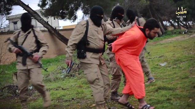 Brazos de Mahoma están fuertemente atadas a la espalda como cuatro militantes enmascarados lo llevan a su lugar de ejecución