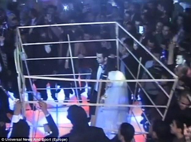 Trapped: Los yihadistas falsos tomaron el control de la ceremonia y obligan a la novia y el novio en una jaula en una imitación impactante de la quema a la muerte de un piloto jordano