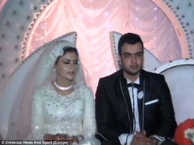 """Los únicos miembros de la fiesta de bodas que sabían sobre el """"ataque"""" de simulación de antemano eran el novio aún sin nombre, sus mejores hombres y fotógrafo de bodas Ahmed Kassem.  La novia no estaba al tanto"""