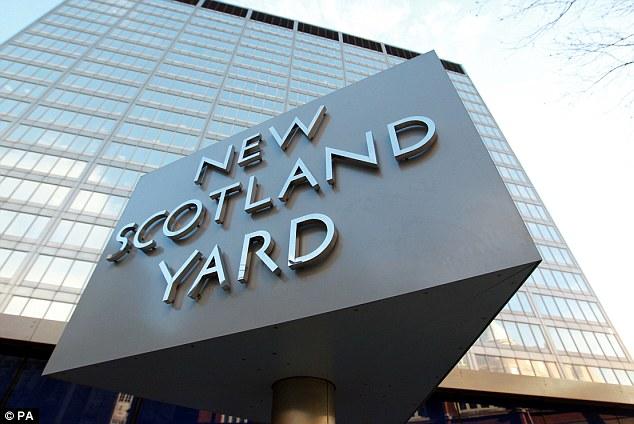 El padre de jihadista John podría ser enviado de vuelta a Gran Bretaña para ser interrogado por Scotland Yard (en la foto) acerca de su hijo, las fuentes dijeron ayer