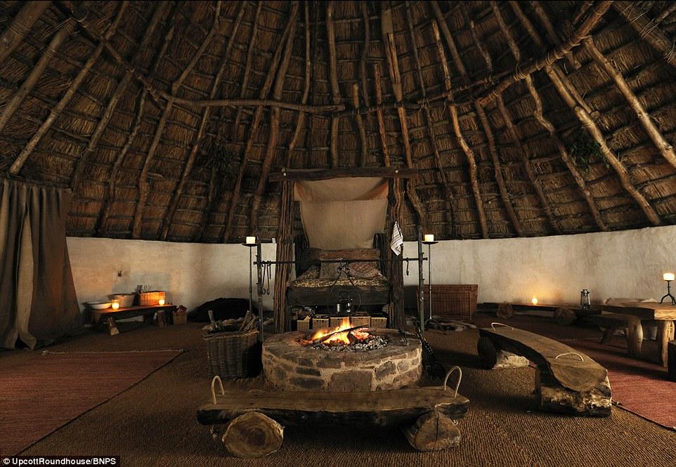 La hutte est de 30 mètres de diamètre, avec un toit de six tonnes faite de chaume anche de l'eau épaisse 14in. Les murs ont été faites par M. Cole et son fils Hedley, 25 ans, qui a formé avec les Royal Marines et en vedette sur Royal Marines Commando School Channel 4