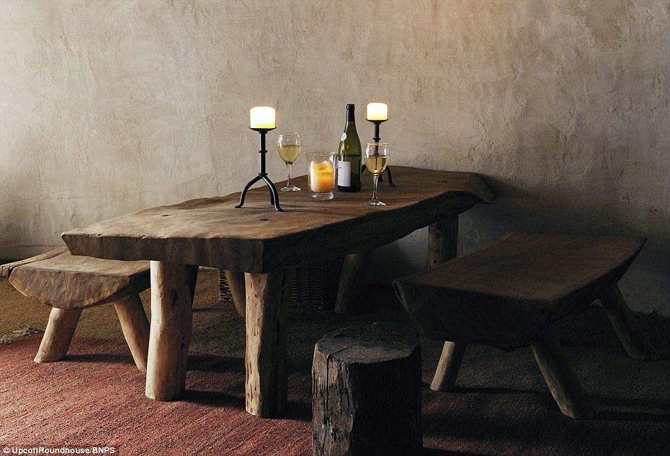 Tous les meubles dans la Roundhouse a été fabriqué à partir de la ferme de 214 acres de M. Cole. Tous les membres de la famille ont aidé sur le projet, qui avait été le rêve de M. Cole depuis qu'il avait été un adolescent