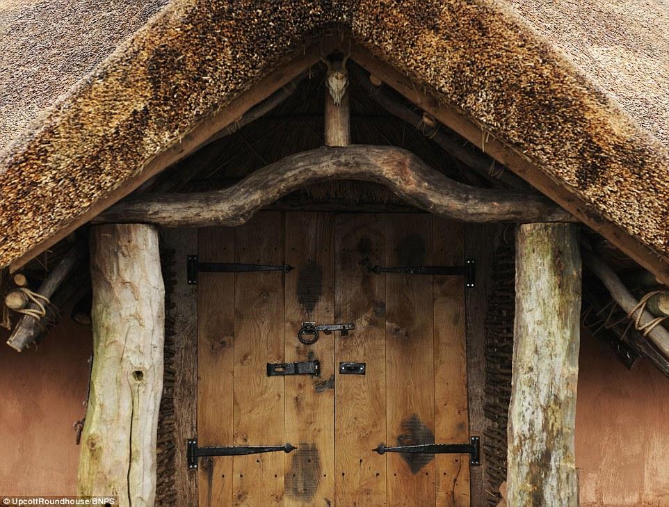 Luxe - Fer de style Âge. Les peaux d'animaux sont en option pour une nuit douillette dans la retraite en bois. M. Cole a voulu faire demi-tour de l'horloge pour les clients