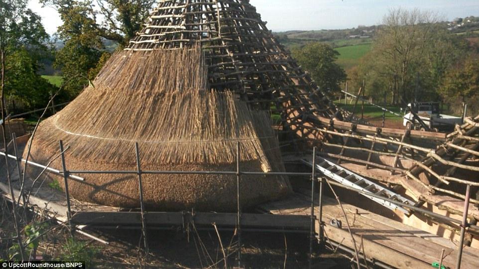 La reconstruction minutieuse d'un âge du fer Roundhouse a été réalisé par Charles Cole au cœur de la campagne du Devonshire
