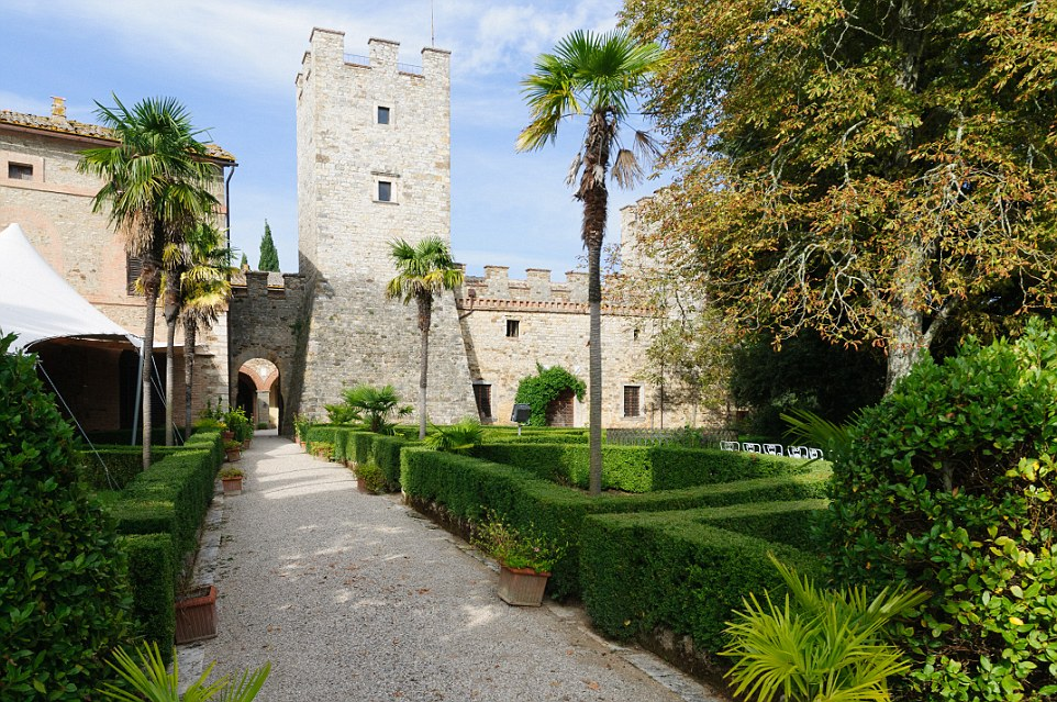 Da alcune parti dei vasti terreni della proprietà 12 ° secolo è stato detto di vantare una vista mozzafiato sul Siena