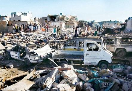 Arabia Saudyjska rozpoczęła naloty wobec Iranu szyickich rebeliantów wspieranych Huthi, rysunku ludzie gromadzą się w miejscu wybuchu w pobliżu lotniska w Sanie