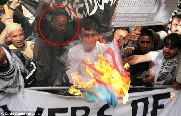 Vicious: En 2012, Abase Hussen (izquierda) marchó a la cabeza de una manifestación violenta en manos de los extremistas musulmanes en Londres, participando en la quema de una bandera estadounidense