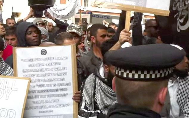 Adebowale, que mató a Lee Rigby junto a Michael Adebolajo, se vuelve a revelar su rostro en la manifestación notoria