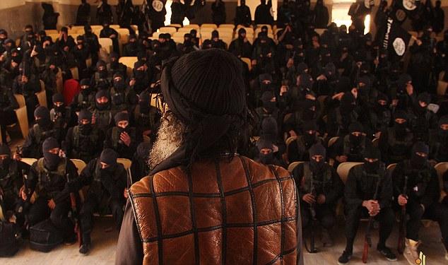 指示:シニアイスラム国家の過激派が学校でジハード卒業生の最終講義を見られている