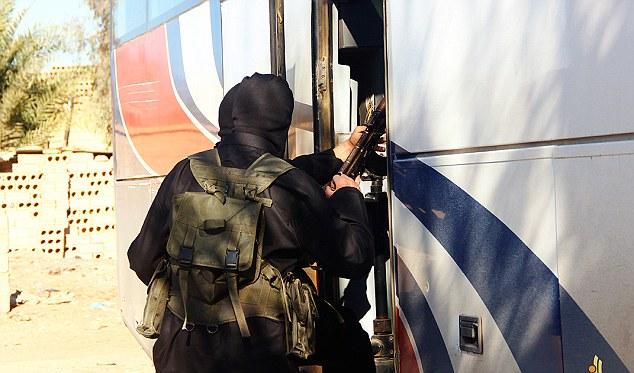 修学旅行:過激派は、その後間違いなくRaqqa市内外の地域での戦闘の最前線にそれらを輸送しませんスクールバス、と思われるものにによじ登る見られている
