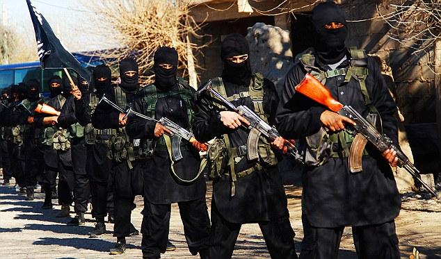 戦争の準備ができて:重武装の卒業生はRaqqaにおけるテロのISIS「学校外のパレードに参加する