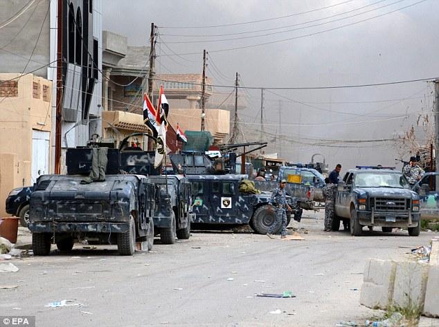 Liberación: las fuerzas de seguridad iraquíes aseguran una calle en la ciudad de Tikrit después de que militantes del Estado Islámico se vieron obligados a huir