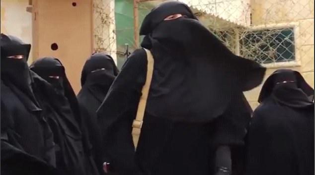 A cargo: Sally Jones, de 45 años, un ex rockero punk que huyó al Reino Unido para unirse a los militantes ISIS, se cree que ha sido filmado que lleva una brigada de las todo-mujeres de terroristas en una sesión de canto lleno de odio en Siria