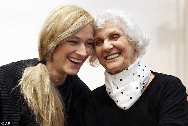 Auschwitz survivor and plaintiff Eva Pusztai-Fahidi (right) and her granddaughter Luca Hartai wait for the opening of the trial against Oskar Groening on Tuesday