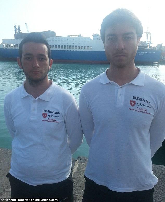 """Mentiras: Los equipos de rescate Enrico Vitiello y Guiseppe Pomilla describieron cómo el capitán de la nave les mintió.  Pomilla reveló cómo fue perseguido por los """"ojos rojos"""" de los fallecidos después de ahogarse en el mar Mediterráneo"""