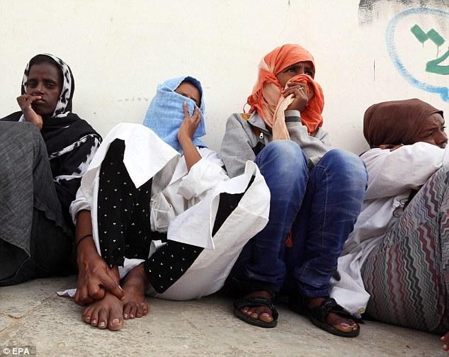 Algunos de los aproximadamente 250 migrantes detenidos en el centro de detención de Abu Salim en Gasr Garabulli, Alaqrablola