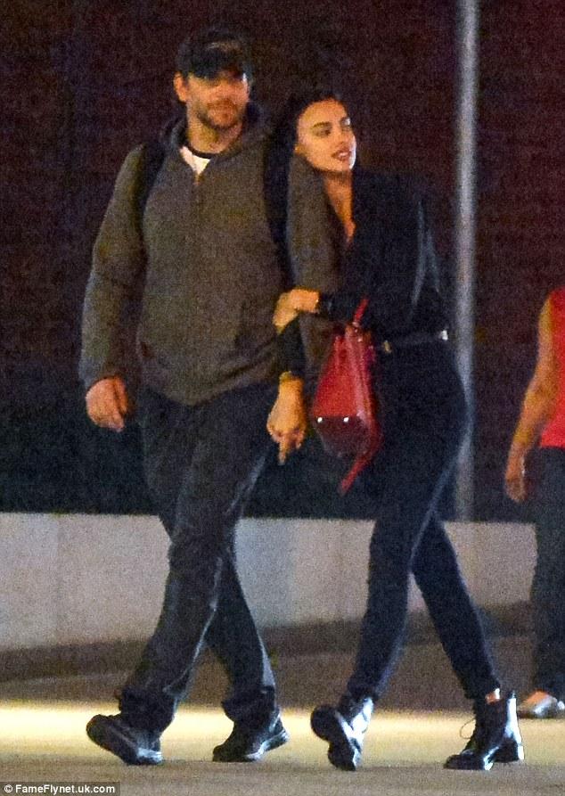 Nyaman: Irina terkait senjata dengan Bradley dan bersandar padanya saat mereka pergi ke tujuan berikutnya