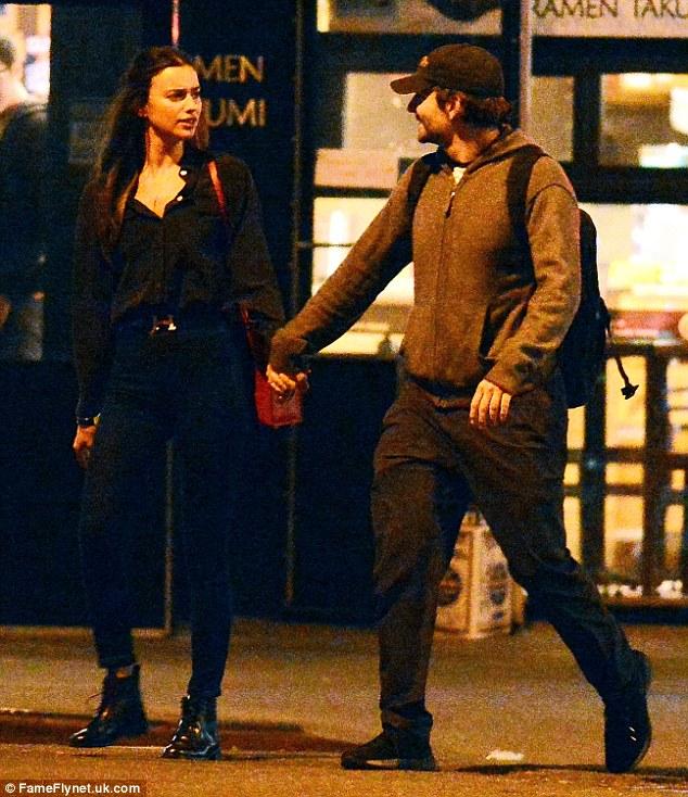 Tutup hubungi: Tangan mereka hampir tidak berhenti menyentuh dan mereka terus mengunci mata karena mereka menikmati waktu mereka bersama-sama