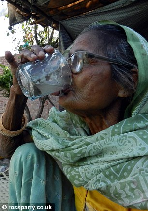 The mother-of-four mixes the sand with water in a glass before drinking it