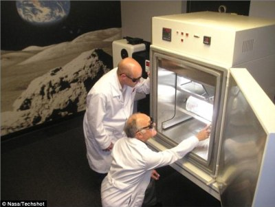 The 'Mars room', shown, is able to simulate the atmospheric pressure on the planet, in addition to the day-night temperature changes and the solar radiation that hits the surface. In experiments certain organisms were capable of producing oxygen from Martian soil inside the laboratory