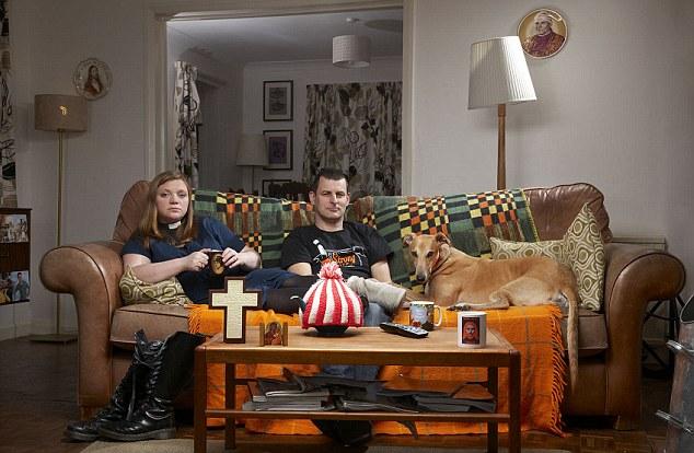 """Estrellas Gogglebox y Vicario Kate Bottley, de San Martín de Santa María y, en Blyth, Nottinghamshire, es uno de los que han eliminado las referencias a """"Él"""" y """"Él"""" en los servicios donde sea posible"""