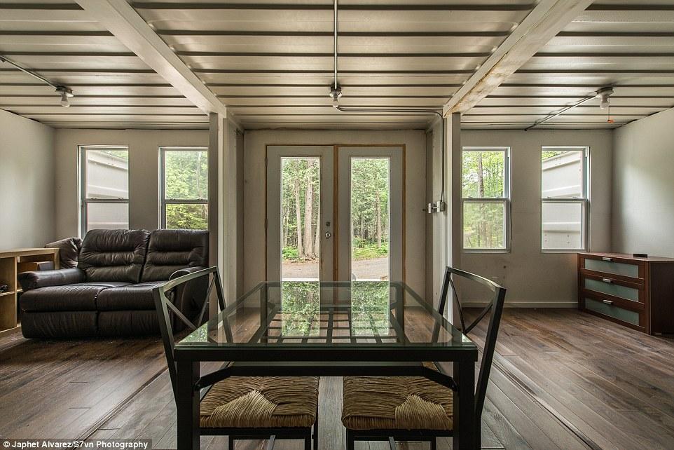 Joseph Dupuis, de 29 años, construyó una cabaña de tres contenedores de transporte en maderas aproximadamente 35 millas al oeste de Ottawa sobre una parcela de terreno propiedad de su familia