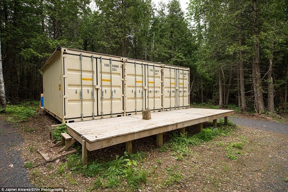 Amigos de Dupuis dijeron que fueron tomados por sorpresa cuando abrió la puerta de su casa y reveló un interior impresionante el interior de los contenedores de transporte