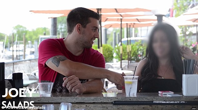 Consejos sólidos: Después de que él le advierte a ver sus bebidas con más cuidado, que sacude la mano y pide su número de teléfono.  Comprensiblemente, ella se niega a darle a él