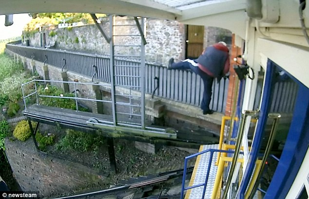 Bridgnorth Cliff Railway thieves escape up cliff after
