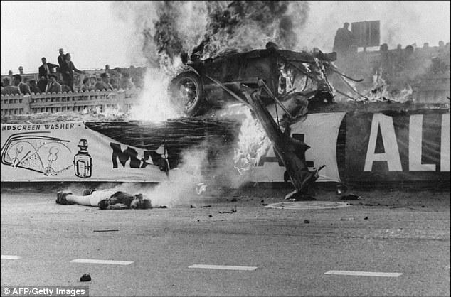 Impactante escena, que muestra el cuerpo del piloto Pierre Levegh, tras el accidente de Le Mans de 1955.