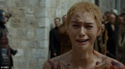 Lena Headley als Cersei loopt naakt door de straten van King's Landing in Game of Thrones seizoen 5