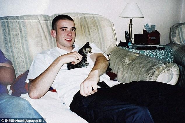 Evans, de High Wycombe en Buckingham, fue también el camarógrafo del grupo terrorista y fue grabado gritando órdenes a través de una radio a otros combatientes.  Fue asesinado durante un tiroteo con el Ejército keniano