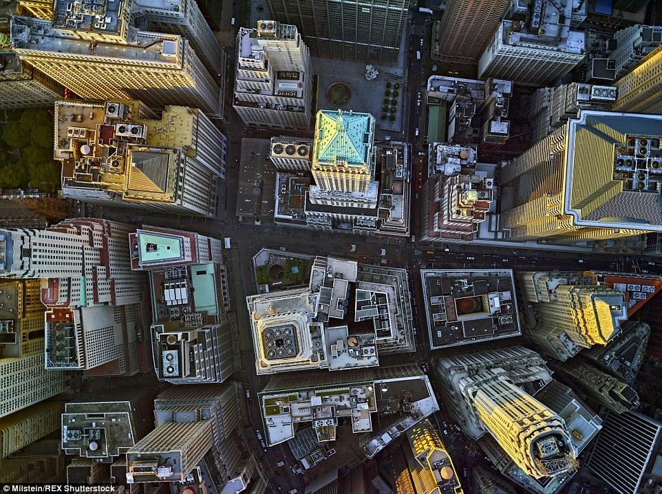 Distrito Financeiro: Enquanto os edifícios aqui geralmente torre sobre os pedestres, Milstein foi capaz de obter uma nova perspectiva sobre eles