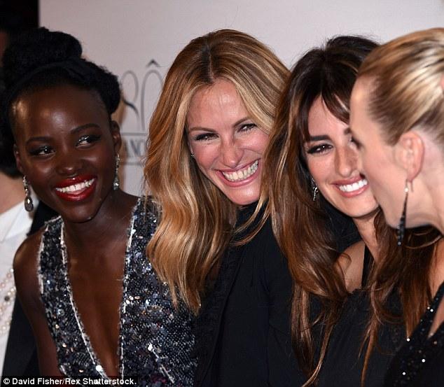 Algo está agradado deles!  Tudo aparentemente rindo afastado em algo Kate disse, Lupita, Julia e Penélope olhou com sorrisos radiantes