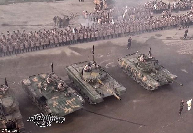 Fuerza: Cuatro tanques blindados y miles de soldados formaban parte de una ceremonia de graduación (en la foto) en poder de Jaysh Al-Islam, un grupo militante que se opone a ISIS y el régimen sirio