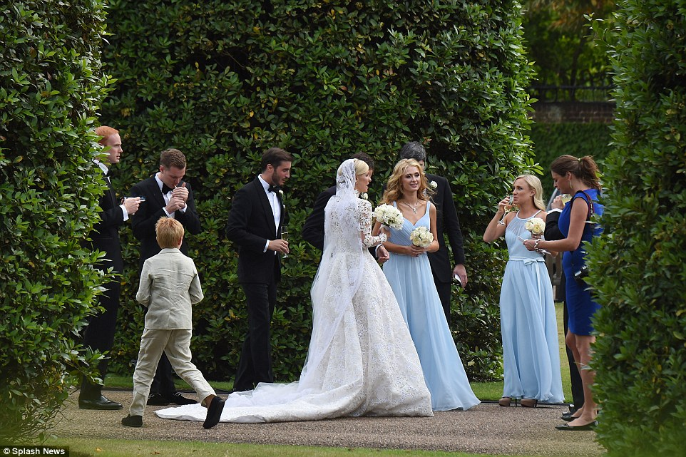 Festa de casamento: Os hóspedes do Palácio de Kensington desfrutar de cocktails e cigarros, à esquerda, sobre o dia especial