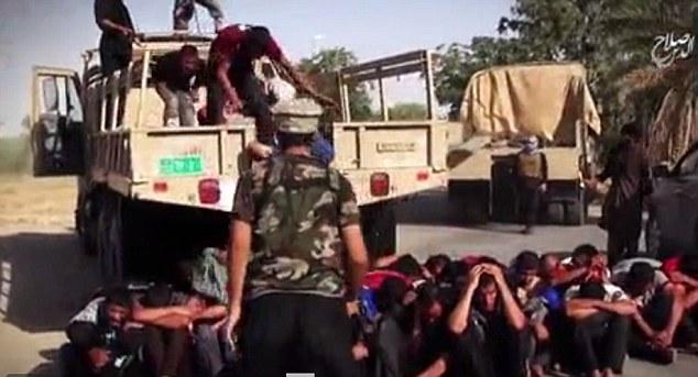 Decenas de presos se acumulan de un camión antes de ser ejecutados como sus captores armados montan guardia