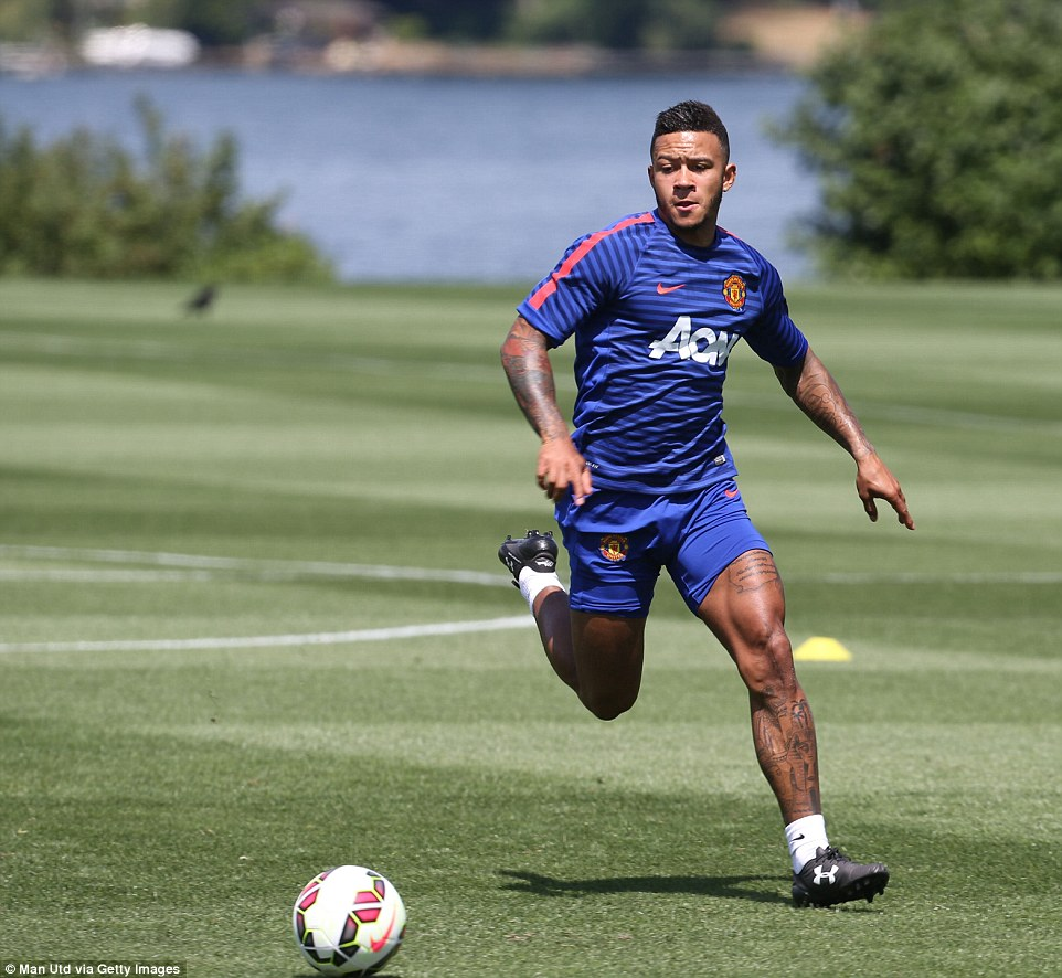 Memphis Depay Shows Off His MASSIVE Thighs As Manchester