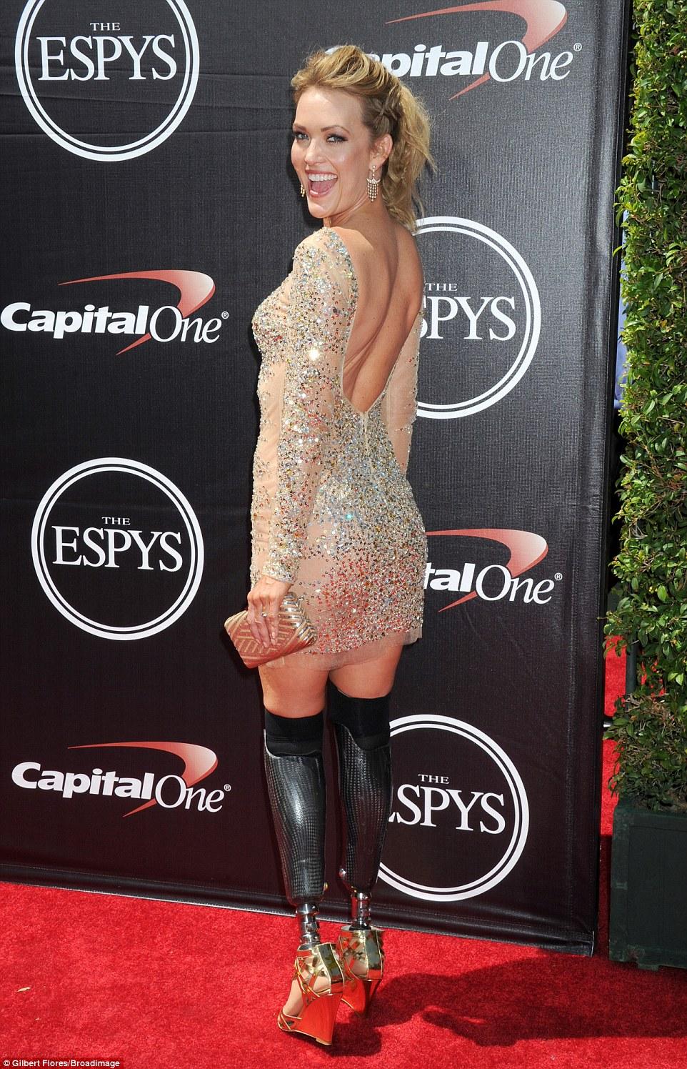 Impressionante: A estrela usava um par de sandálias de cunha de ouro com sua roupa
