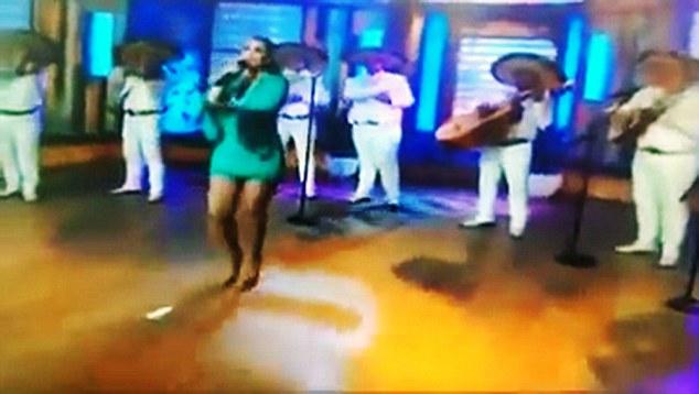 Pembalut Penyanyi Meksiko Copot Saat Tampil Live di TV 1